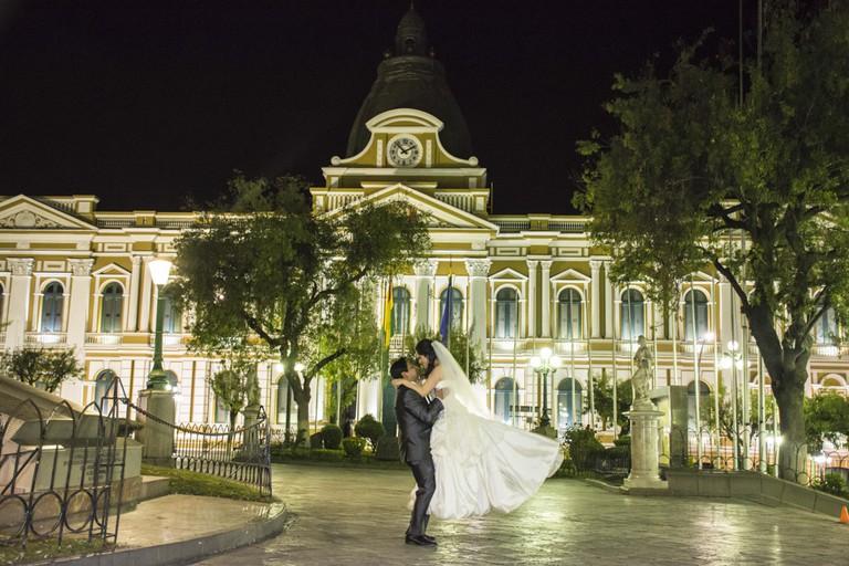 Newlyweds in Plaza Murillo