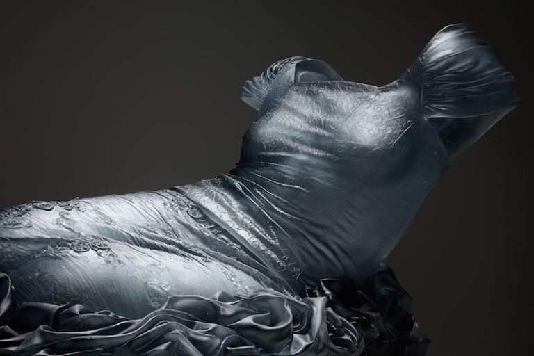 Karen LaMonte, Reclining Nocturne 1 / detail, 2015, cast glass, 55 x 135 x 82 cm, Courtesy Austin Art Projects, Palm Desert, Photo credit: Martin Polak, © Karen LaMonte 2017