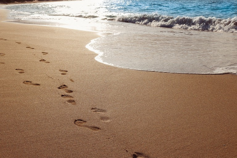 "<a href=""https://pixabay.com/en/sand-beach-ocean-water-footprints-937387/"">Avoid the full sun during the day | © Olichel/Pixabay</a>"