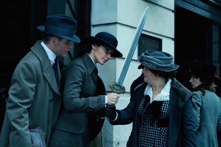 Chris Pine and Lucy Davis show Gal Gadot (centre) about the subtleties of London