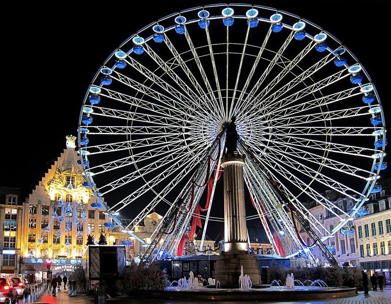 La grande roue de Noël sur la Grand Place de Lille (Nord).