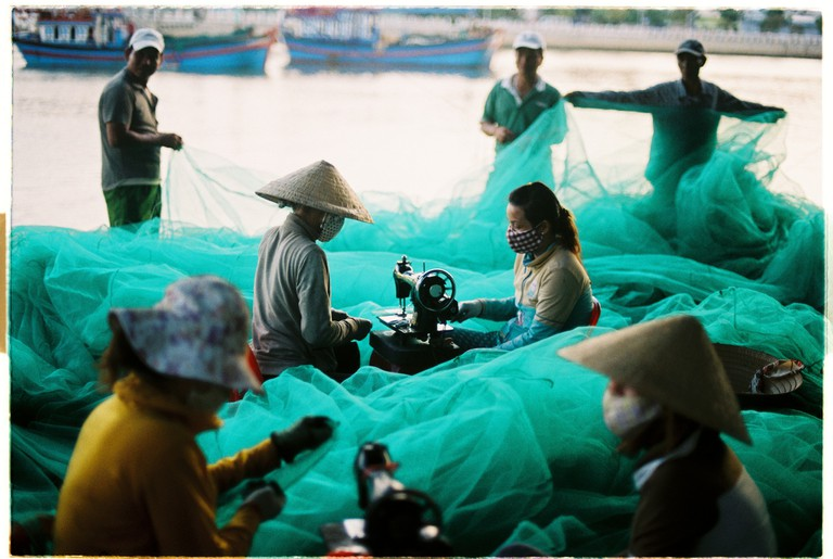 Women weaving fishing nets in Nha Trang, a coastal city in Vietnam | © Khánh Hmoong / Flickr