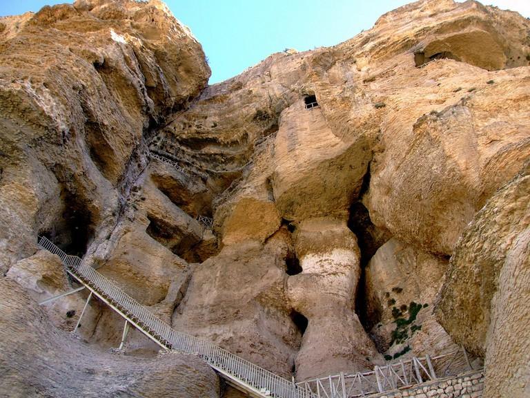 The rocky Karaftu Cave | © Kiyan / Flickr