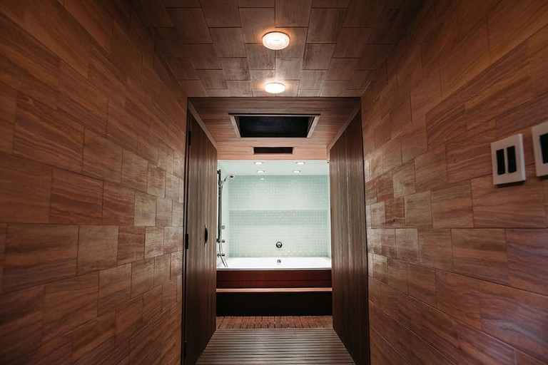 The rainfall shower and huge tub | © Courtesy of Nathan/Airbnb