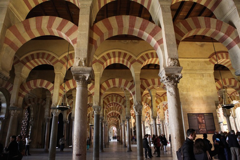 The famous double arches in Córdoba's mosque-cathedral; paepdigital, pixabay