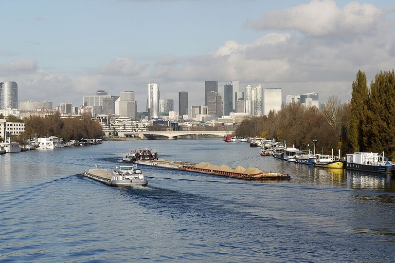 Cruising on the Seine outside of Paris │© Pline / Wikimedia Commons