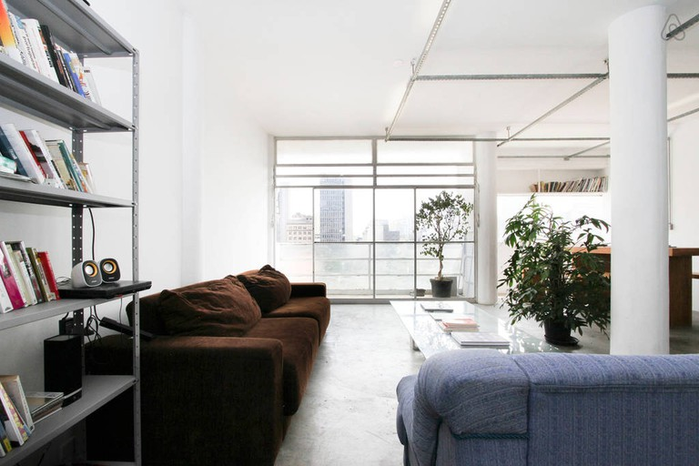 "<a href=""https://a0.muscache.com/im/pictures/37212085/e7e29958_original.jpg"">Stylish modernist loft 