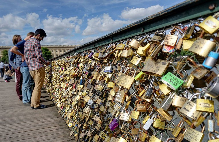 Love locks on the Pont des Arts │© Disdero / Wikimedia Commons