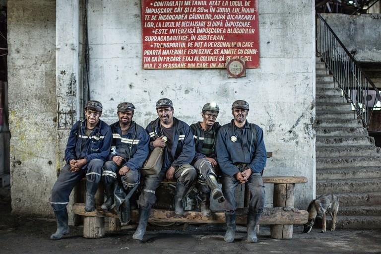 Miners changing shifts, in Putul Centru ramp