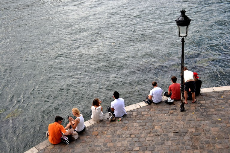Sitting by the Seine │© Théau Jurgens / Wikimedia Commons