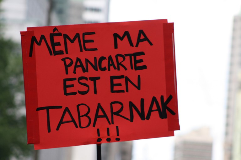 Même ma pancarte est en tabarnak (Even my sign is fucked)