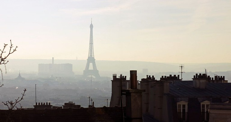 The Eiffel Tower as seen from Montmartre in December 2016 │© Tangopaso / Wikimedia Commons