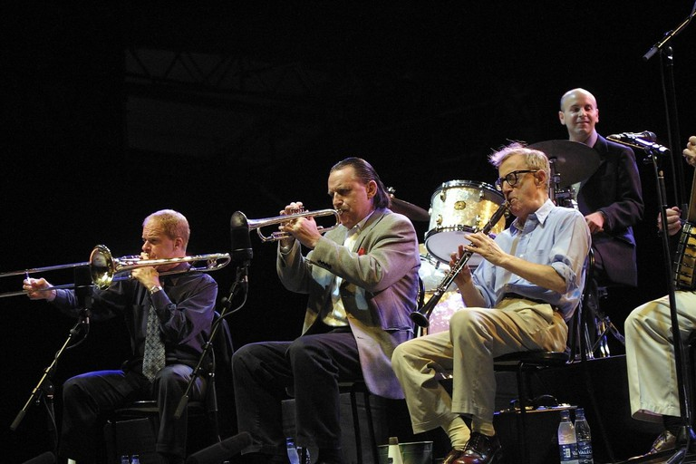 Woody Allen Band Performing at The Vienne Jazz Festival 2003, (left to right) Jerry Zigmont, Simon Wettenhall, and Woody Allen | © Jerry Zigmont / Flickr