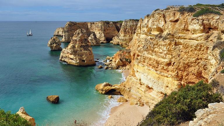https://commons.wikimedia.org/wiki/File:Praia_da_Marinha_(2012-09-27),_by_Klugschnacker_in_Wikipedia_(1).JPG
