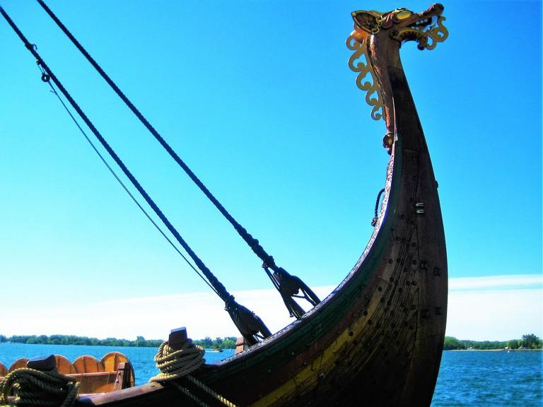 Front detail of Draken Viking Ship / monchoohynom / Public domain / Flickr