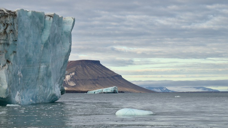 An ice covered cliff in Svalbard / Rob Oo / Flickr