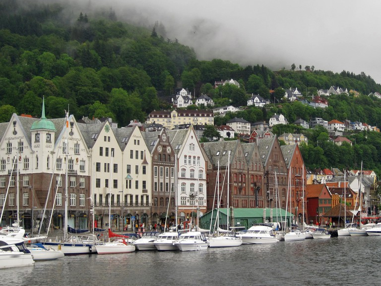 Bergen and a mist covered mountain / Miguel Virkkunen Carvalho / Flickr