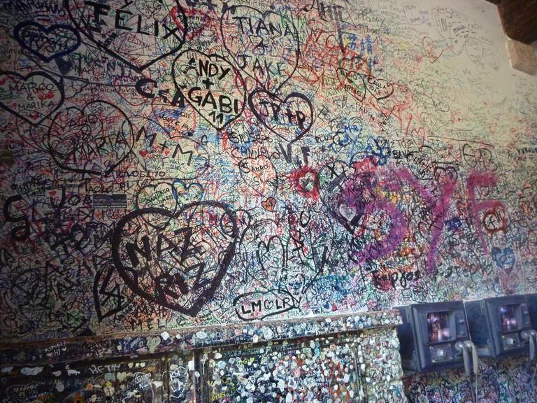 Juliet's house archway graffiti