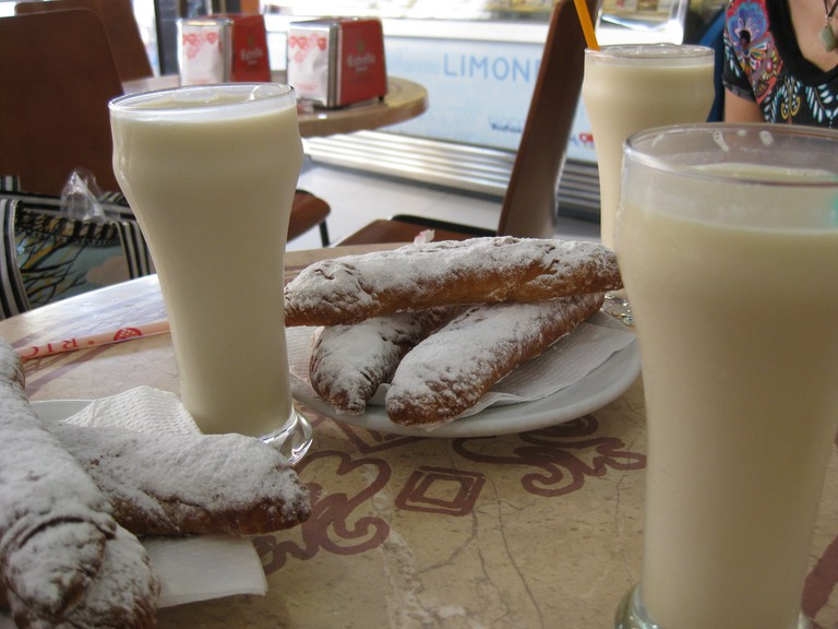Valencian horchata with fartons