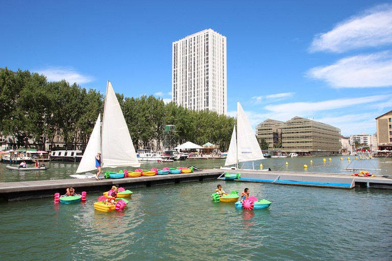 Boating kids at Paris Plages at the Canal │© Lionel Allorge / Wikimedia Commons