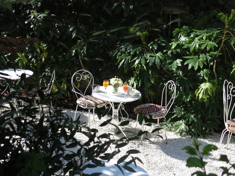 Brunch table for two in the gardens of the Hôtel Particulier Montmartre │© Pia Le Cannu, Courtesy of the Hôtel Particulier Montmartre