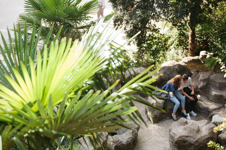 Couple at Parc des Buttes Chaumont │Caroline Peyronel / © Culture Trip