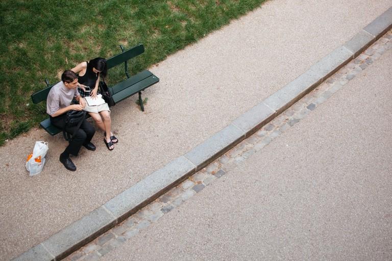Couple on a bench at Parc des Buttes Chaumont │Caroline Peyronel / © Culture Trip