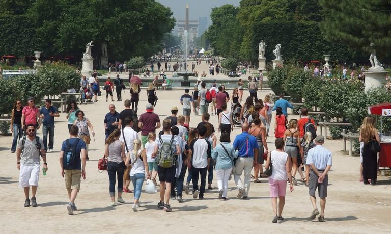 Crowds in the Jardin des Tuileries │