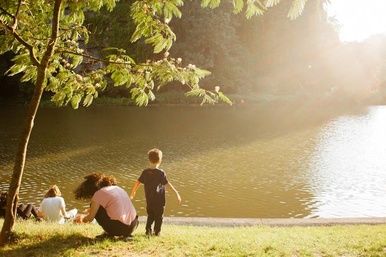 Family at Parc des Buttes Chaumont │© Kim Grant for Culture Trip
