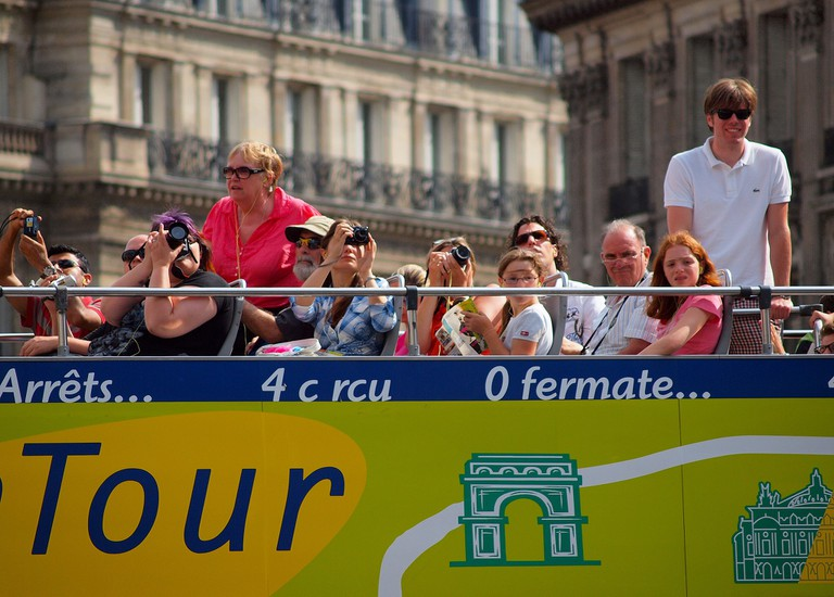 Paris tour bus │© zoetnet / Wikimedia Commons