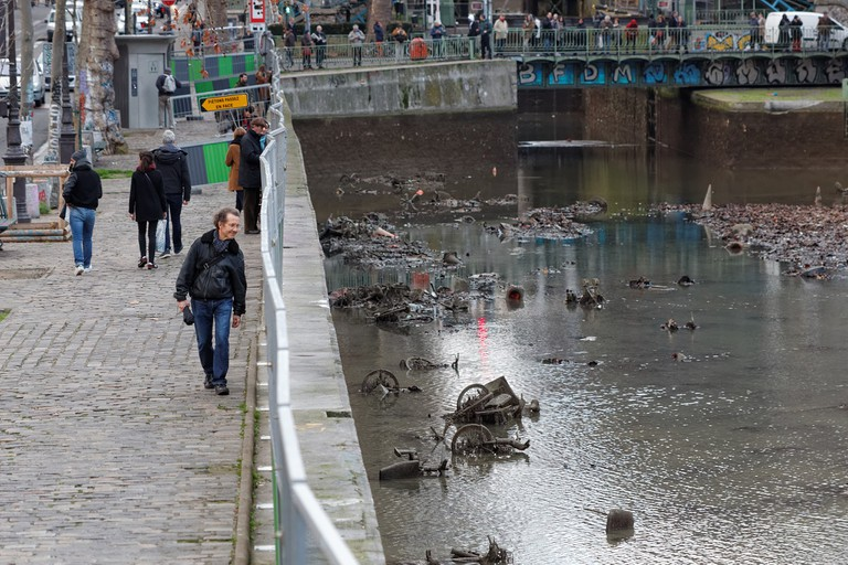 Parisians admire the drained canal in January 2016 │© Coyau / Wikimedia Commons