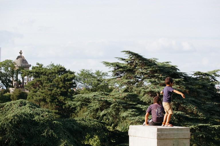 Playing at Parc des Buttes Chaumont │Caroline Peyronel / © Culture Trip