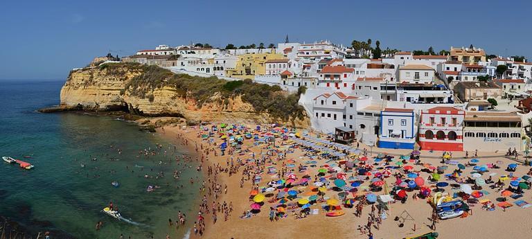 https://commons.wikimedia.org/wiki/File:Praia_de_Carvoreiro_Algarve.jpg