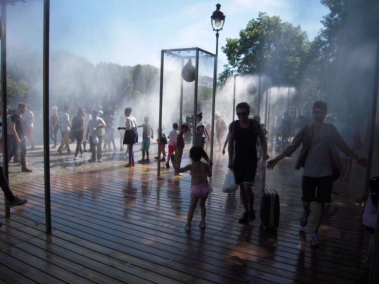 Showers at Paris Plages at the Canal │© patrick janicek / Wikimedia Commons