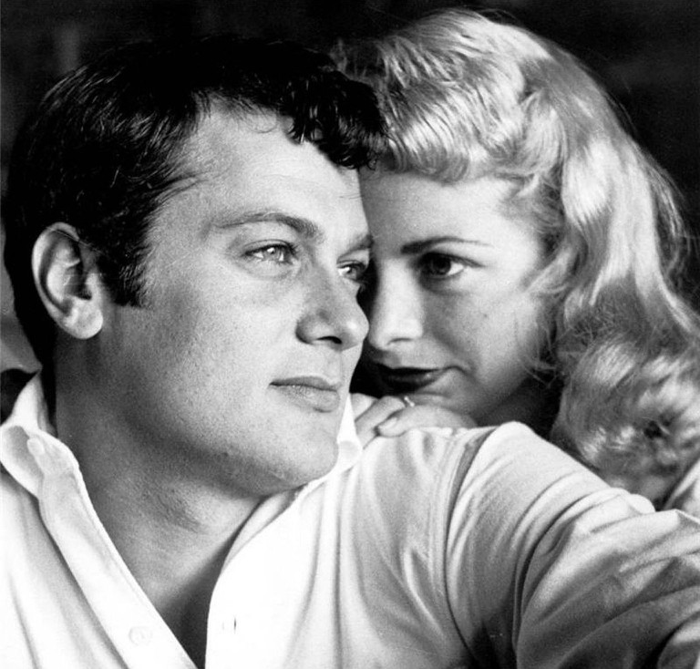 Tony Curtis with Janet Leigh | skeeze / Pixabay