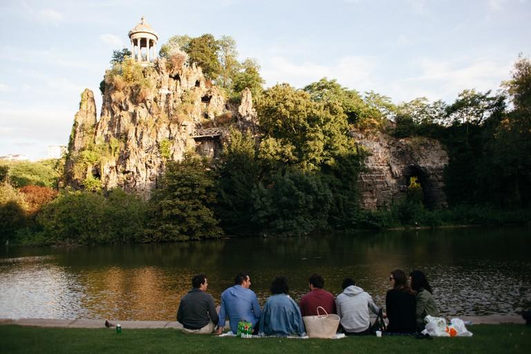 Waterside picnic at Parc des Buttes Chaumont │© Kim Grant for Culture Trip