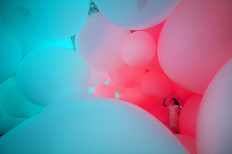 Installation view of 'Homogenizing and Transforming the World' | © teamLab