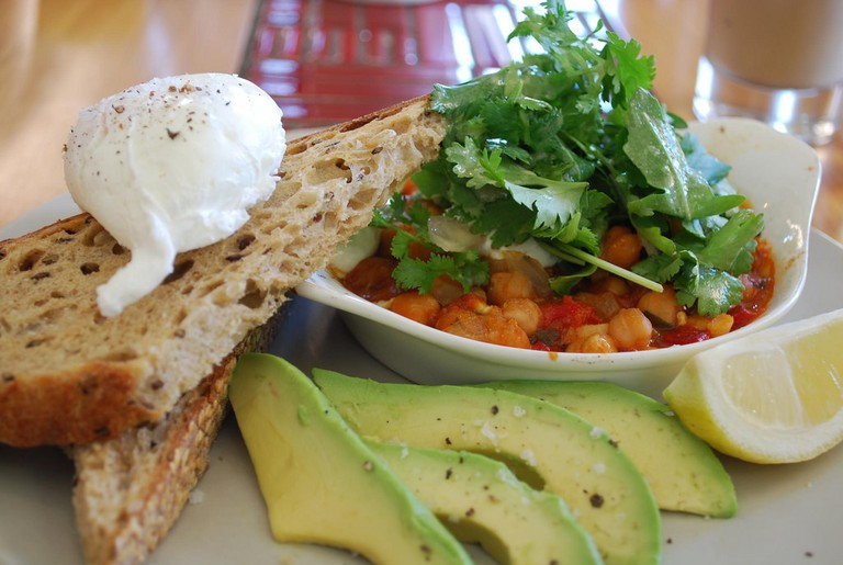 Poached Eggs with Middle Eastern Chickpea Bake Mitte