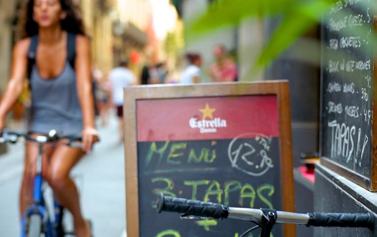 Drinks, tapas and bikes © Simon Paterson