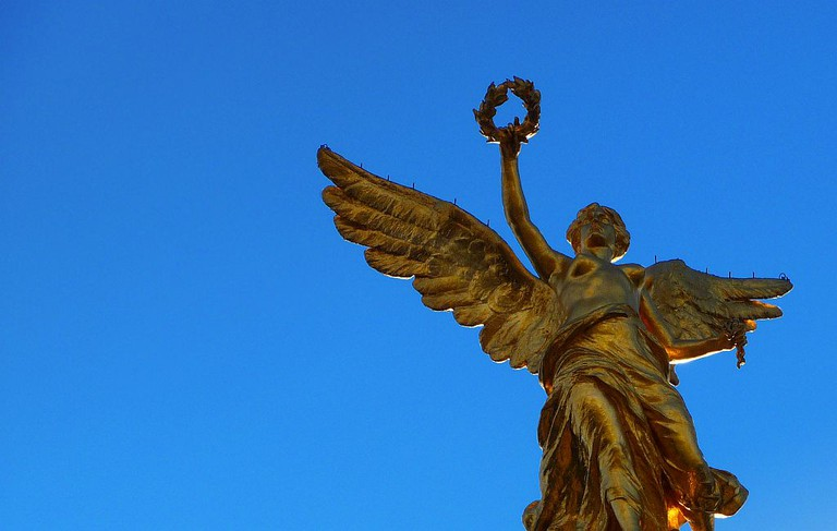Ángel de la Independencia with her laurel and chain