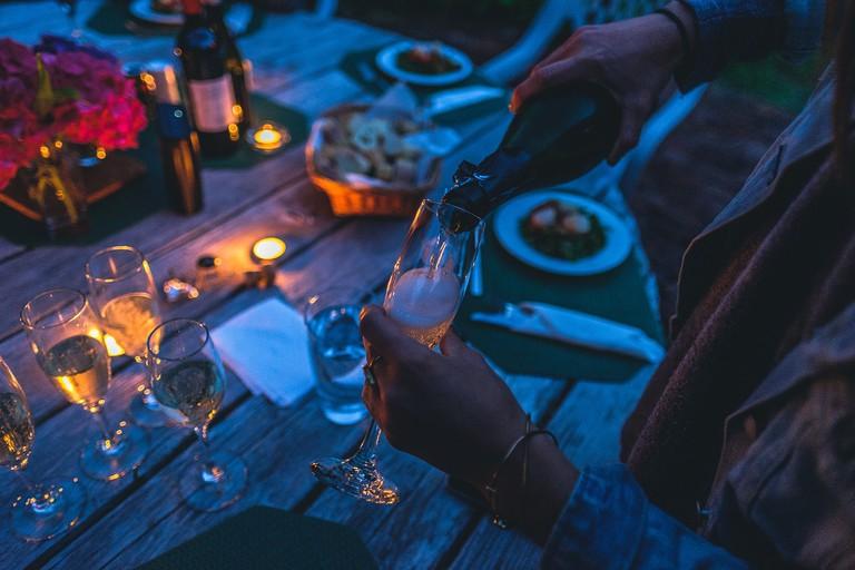 https://pixabay.com/es/difuminar-celebraci%C3%B3n-oscuro-cena-1852926/