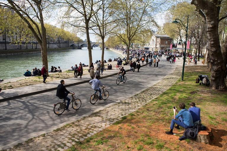 Cycling at the Parc Rives de Seine │© Jean-Baptiste Gurliat / Mairie de Paris