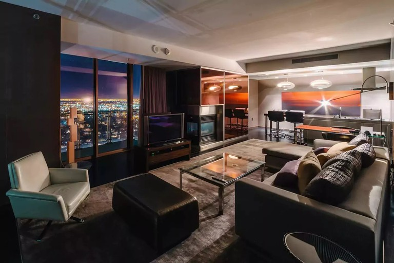 Palms Place Luxury Suite | Courtesy of Dennis/AirBnB