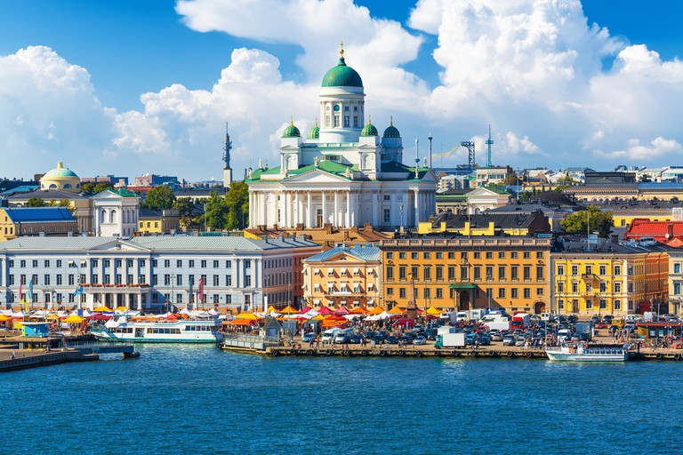 Scenic summer panorama of the Market Square (Kauppatori) at the Old Town pier in Helsinki, Finland | © Scanrail1/Shutterstock