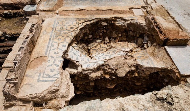 The neighbourhood was ravaged by fire twice in the 2nd and 3rd centuries, which has preserved many of the objects