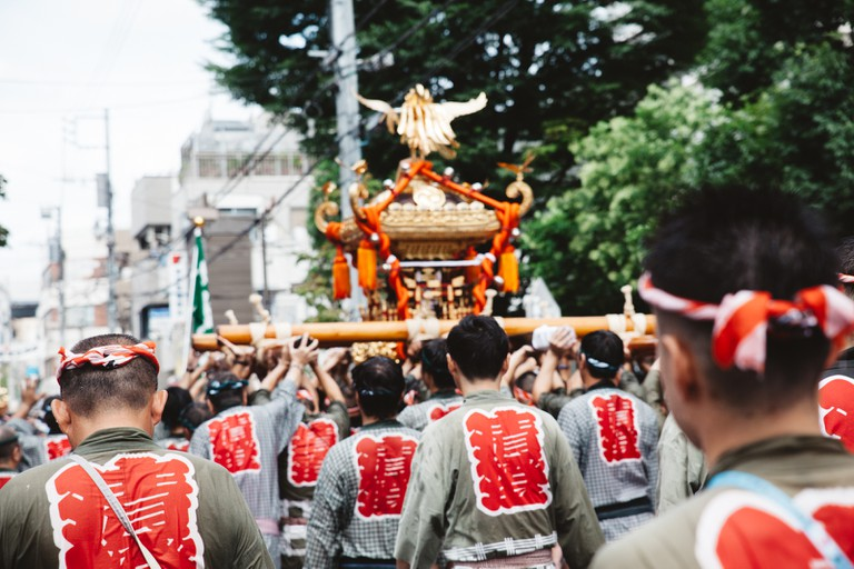 A team carries one of the mitsukoshi   Mithila Jariwala / © Culture Trip