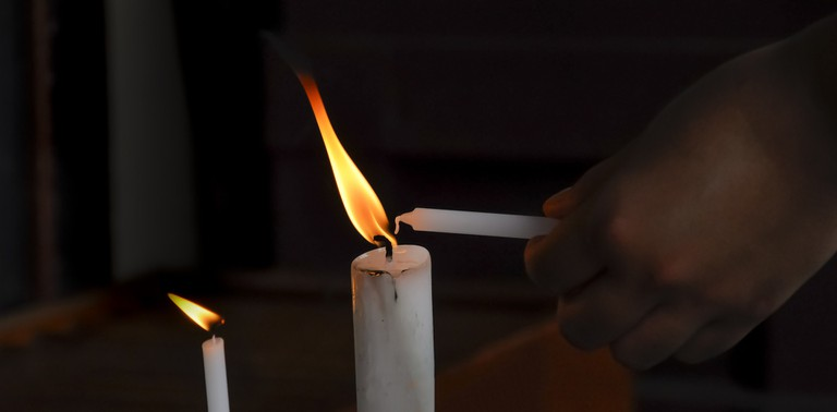 Lighting candles │© Pexels / Pixabay