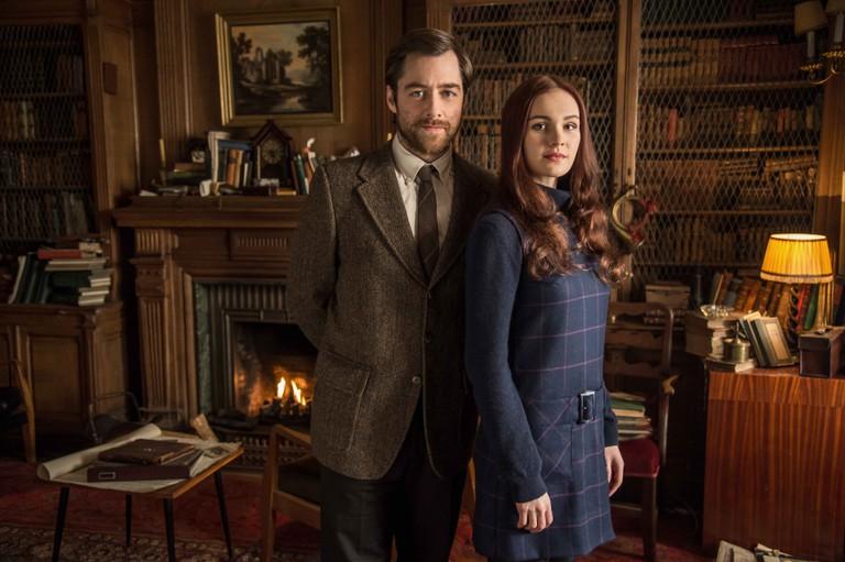 Richard Rankin and Sophie Skelton in Outlander