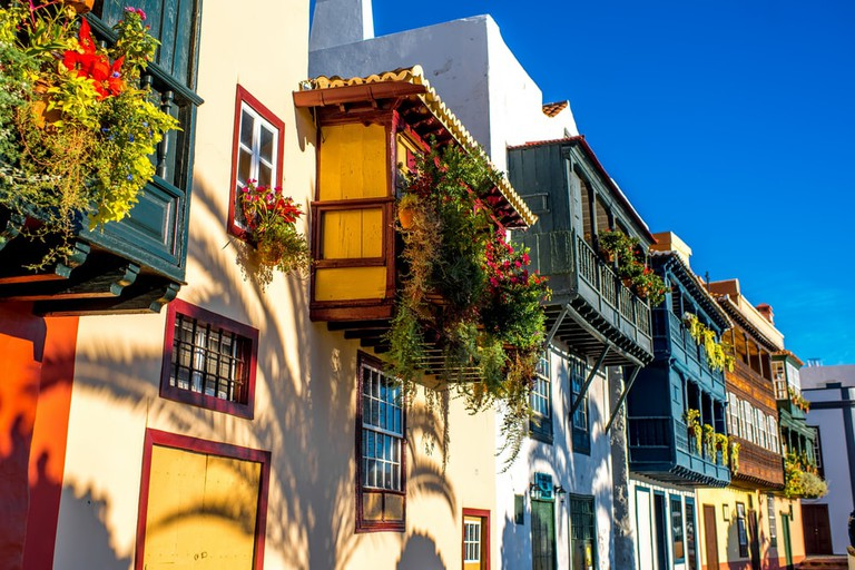 Colorful balconies decorated with flowers in Santa Cruz city, La Palma | © RossHelen/Shutterstock