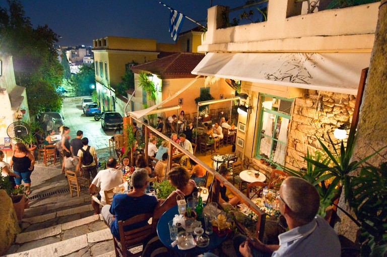 Locals and Tourists enjoy dinner in Athens | © lornet/Shutterstock